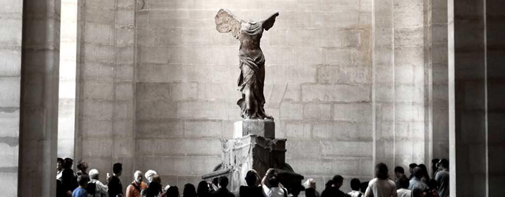 مجسمه نایکی الهه بالدار پیروزی در موزه لوور پاریس
