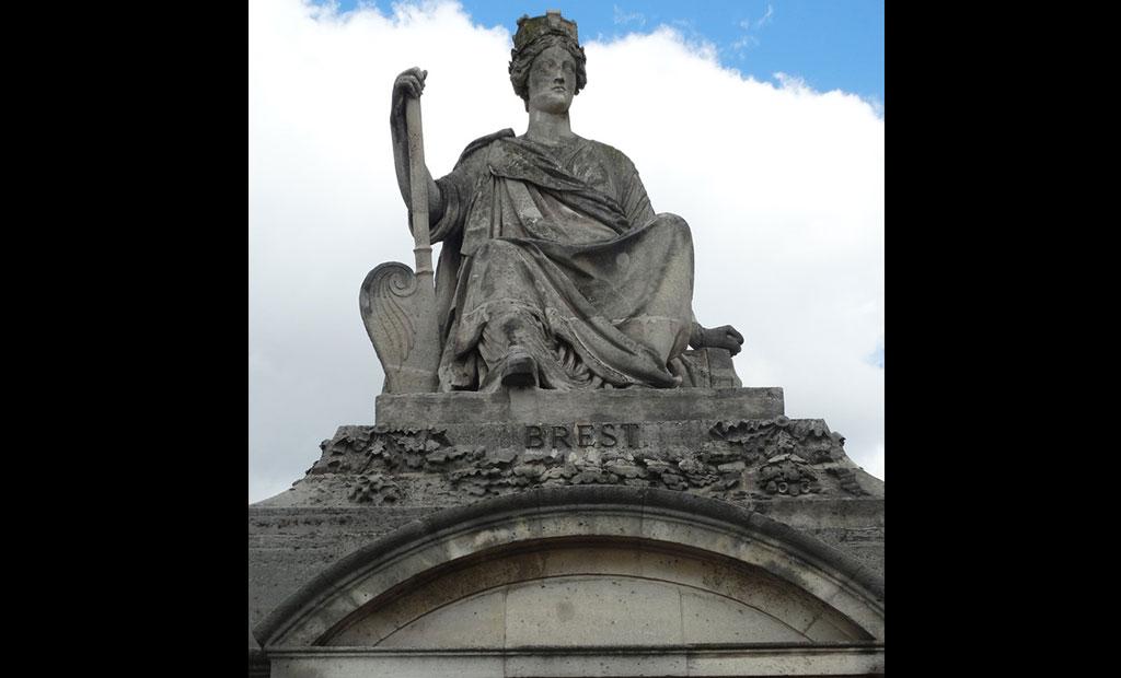 مجسمه نماد شهر برست در میدان کنکورد