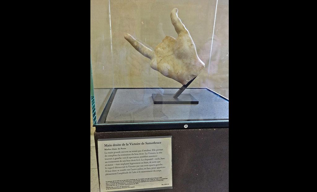 دست مجسمه نایکی که بعدا پیدا شد