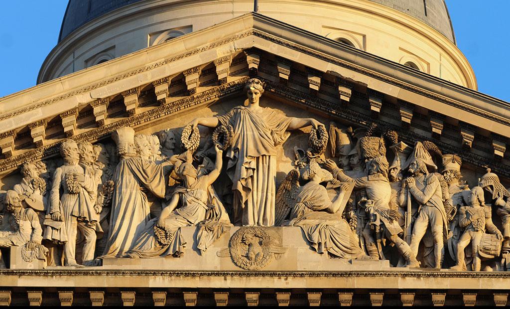 مجسمه ماریان در حال تاجگذاری قهرمانان فرانسوی