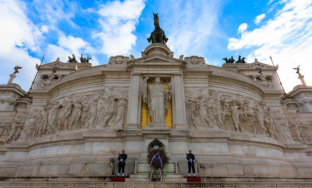 بنای یادبود شهید گمنام در زیر مجسمه روما و ویکتور امانوئل دوم