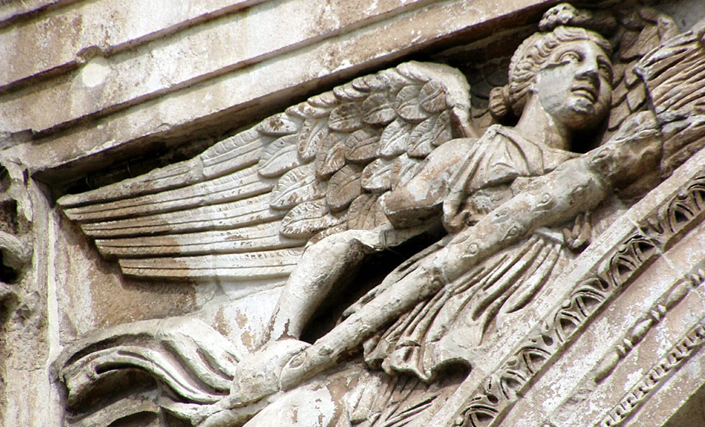 مجسمه های تزئینی دور طاق مربوط به زمان کنستانتین