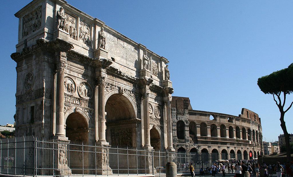 طاق نصرت کنستانتین در کنار کولوسئوم در شهر رم