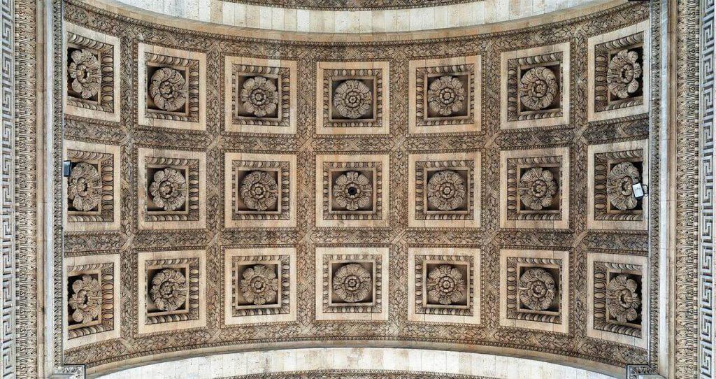 سقف طاق نصرت پاریس که با 21 نقش برجسته گل رز تزئین شده است