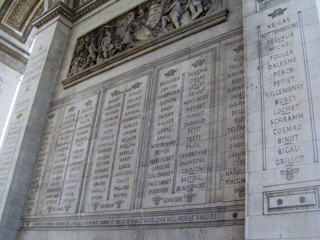 اسامی ژنرال هایی که در جنگ های ناپلئونی حضور داشته اند بر روی نمای درونی طاق نصرت پاریس حک شده است