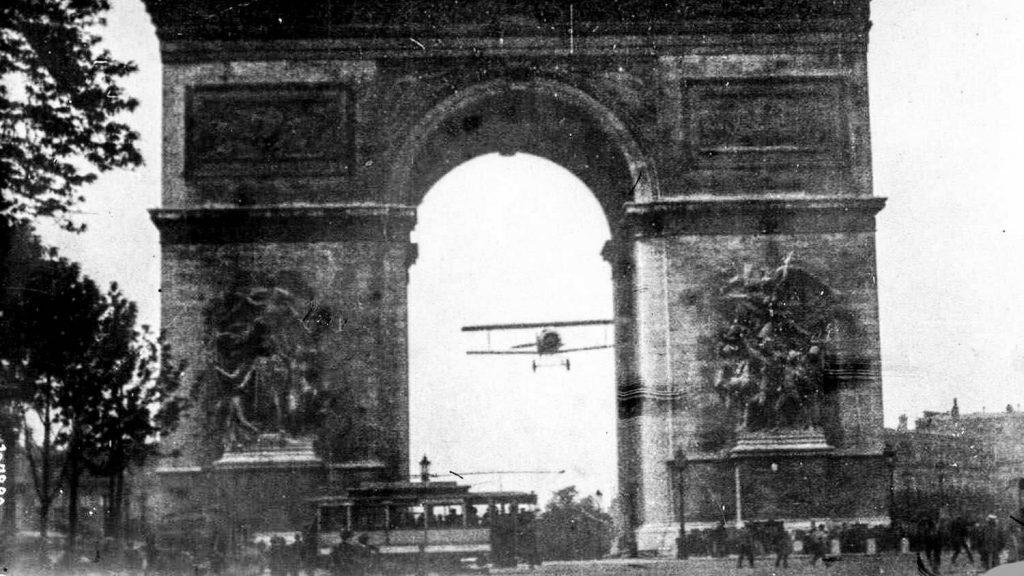پرواز چارلز گادفروی از درون طاق نصرت پاریس، 1919