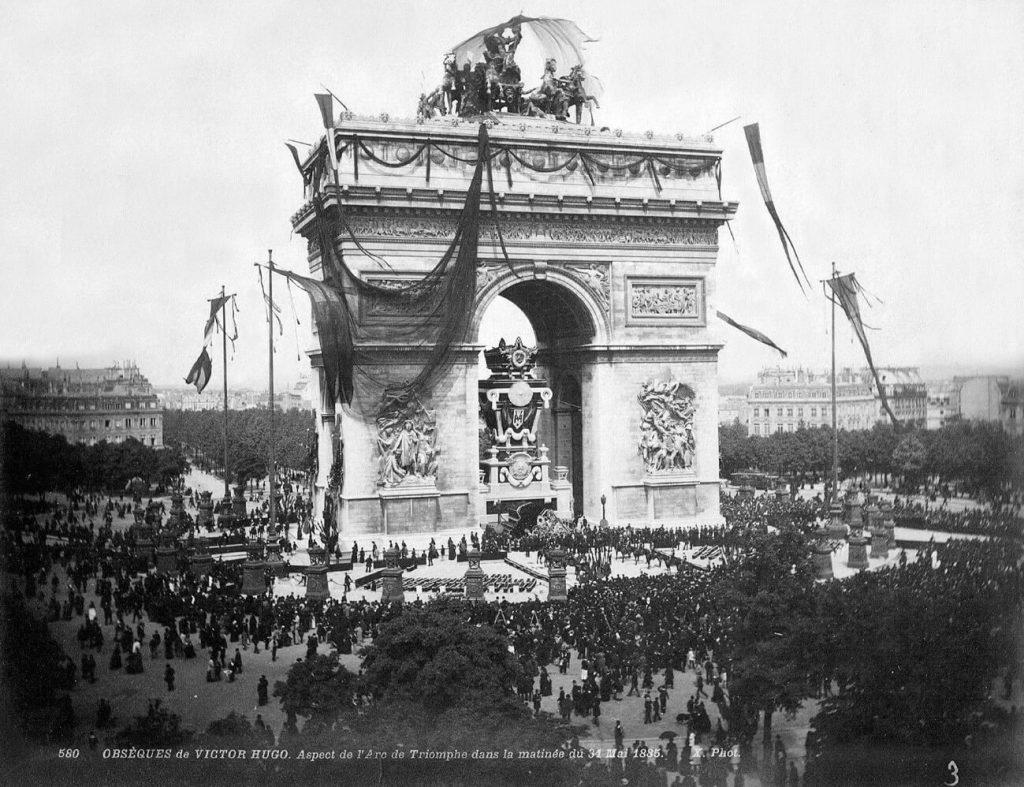 ادای احترام به پیکر ویکتور هوگو در زیر طاق نصرت پاریس