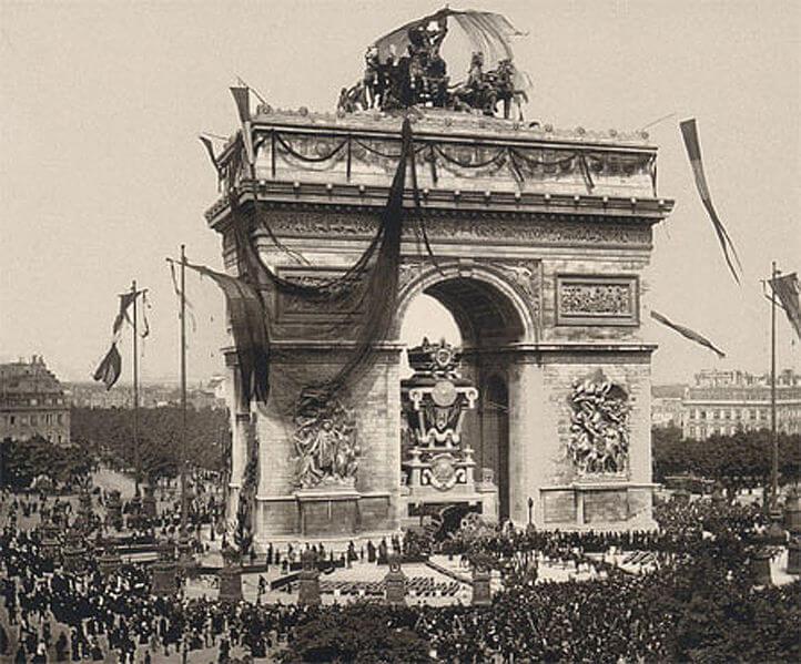 به مدت چهار سال ارابه ای که توسط چهار اسب کشیده می شد در بالای طاق نصرت پاریس نصب بود