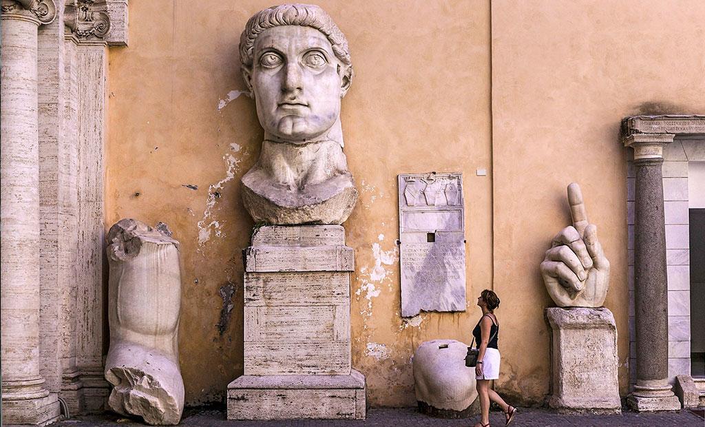 تکه های باقیمانده از مجسمه عظیم امپراتور کنستانتین در موزه کاپیتولین