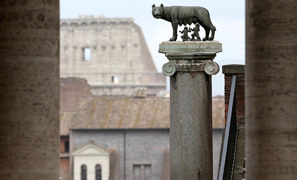 مجسمه کپی از گرگ کاپیتولین در حال شیر دادن رومولوس و روموس