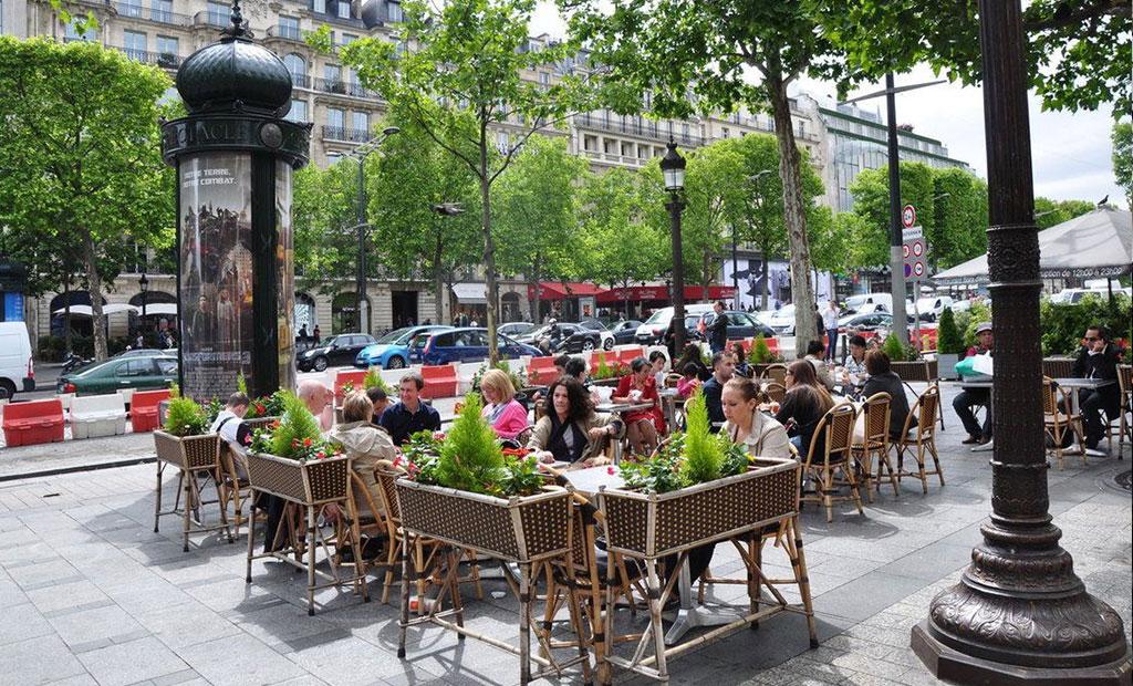 کافه نشینی در پیاده روهای شانزلیزه