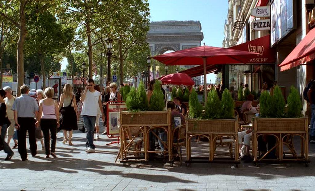 کافه نشینی در خیابان شانزلیزه پاریس