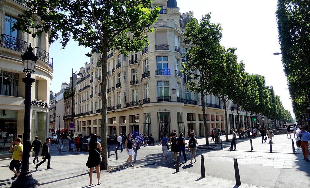 پیاده روهای عریض خیابان شانزلیزه پاریس