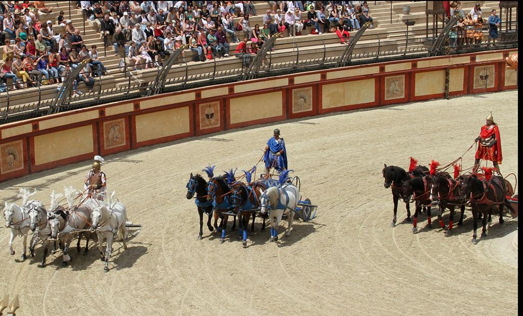 رقابت تیم های قرمز آبی سفید و سبز در سیرک ماکسیموس