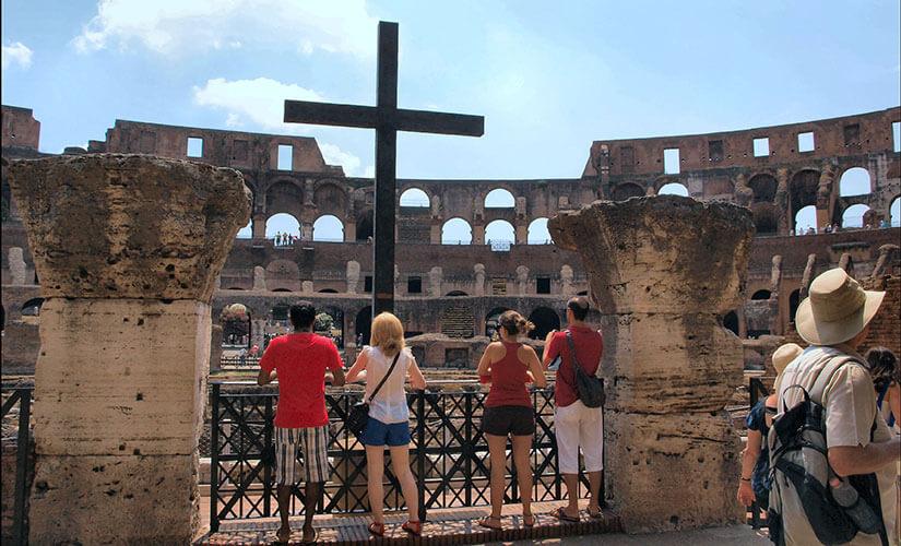 صلیبی که برای بزرگداشت مسیحیان کشته شده در کولوسئوم نصب شده است