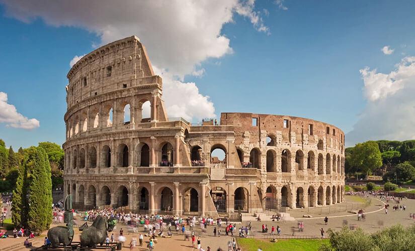 نمای بیرونی کولوسئوم رم که بر اثر زلزله فروریخته است