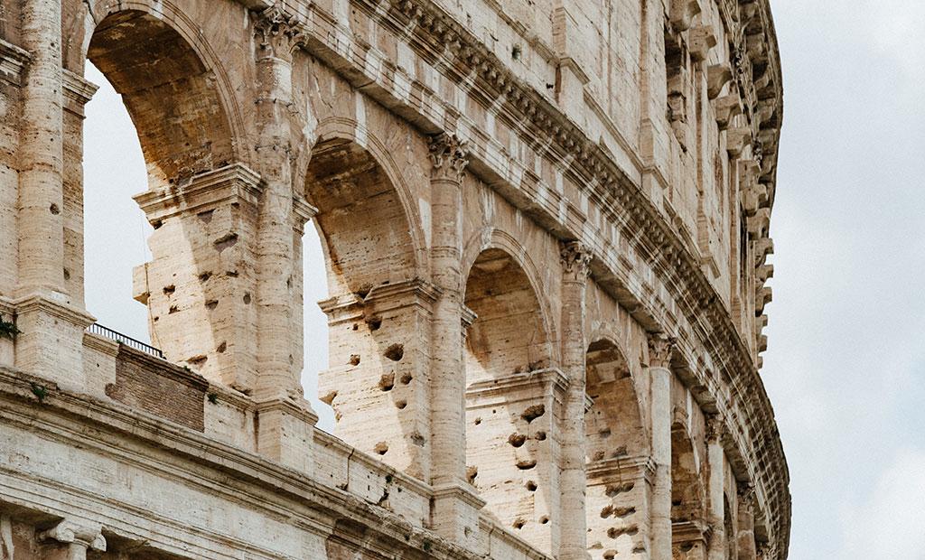 سوراخ های بجا مانده از غارت فلزات درون بنای کولوسئوم