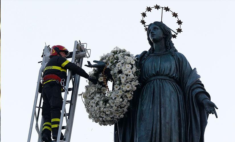 مجسمه بزرگ حضرت مریم در بالای یک ستون رومی در میدان اسپانیا