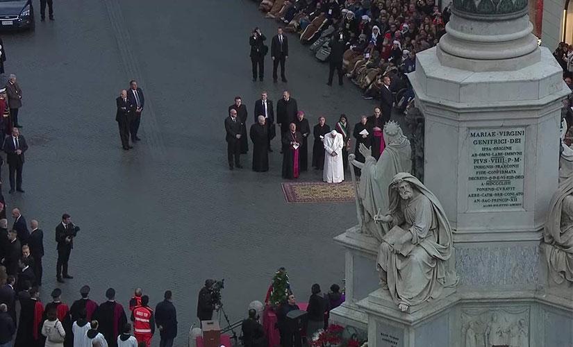 پاپ در حال ادای احترام به ستون معصومیت حضرت مریم در روز 8 دسامبر