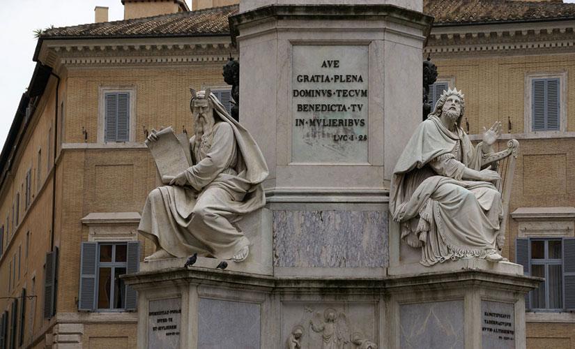 مجسمه حضرت داوود و حضرت موسی در پای ستون معصومیت حضرت مریم