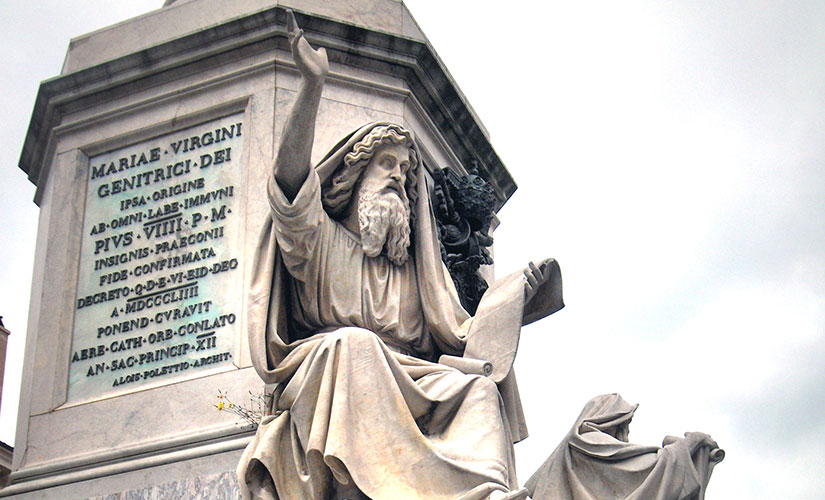 مجسمه حضرت اسحاق و حزقیال نبی در پای ستون معصومیت حضرت مریم