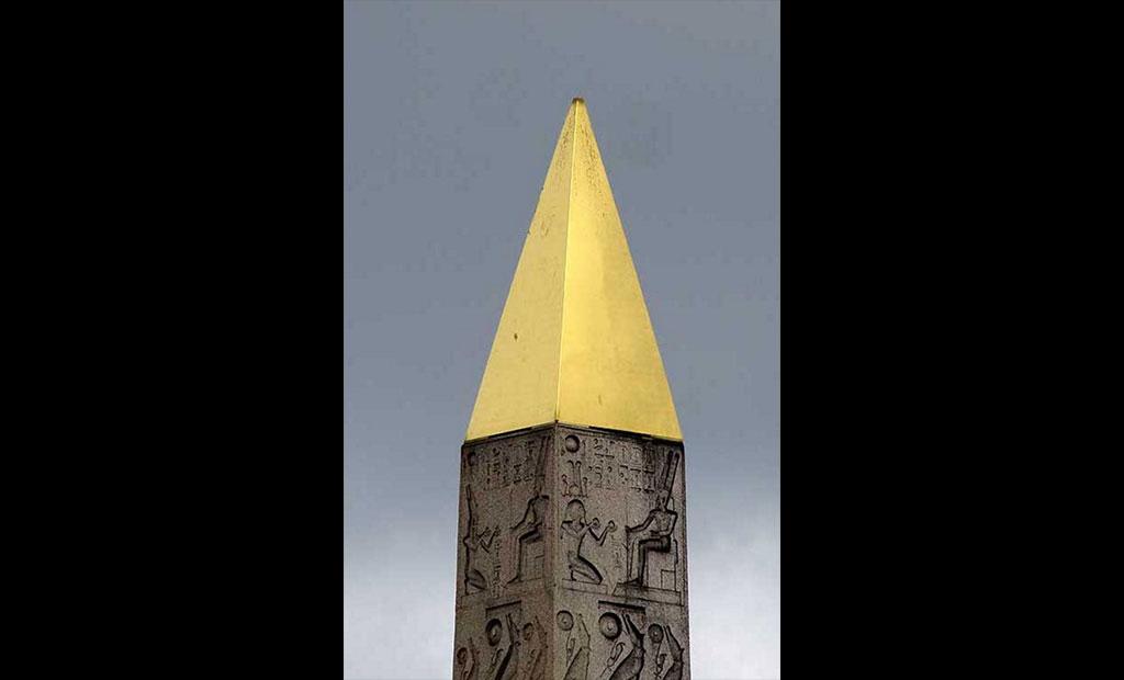 هرم طلایی که در سال 1998 بر روی ابلیسک کنکورد نصب شد
