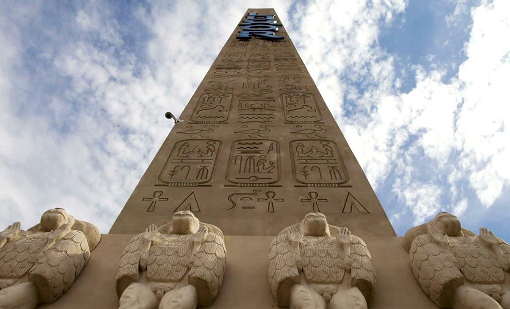 نحوه قرارگیری بابون ها بر پایه سنگی ابلیسک