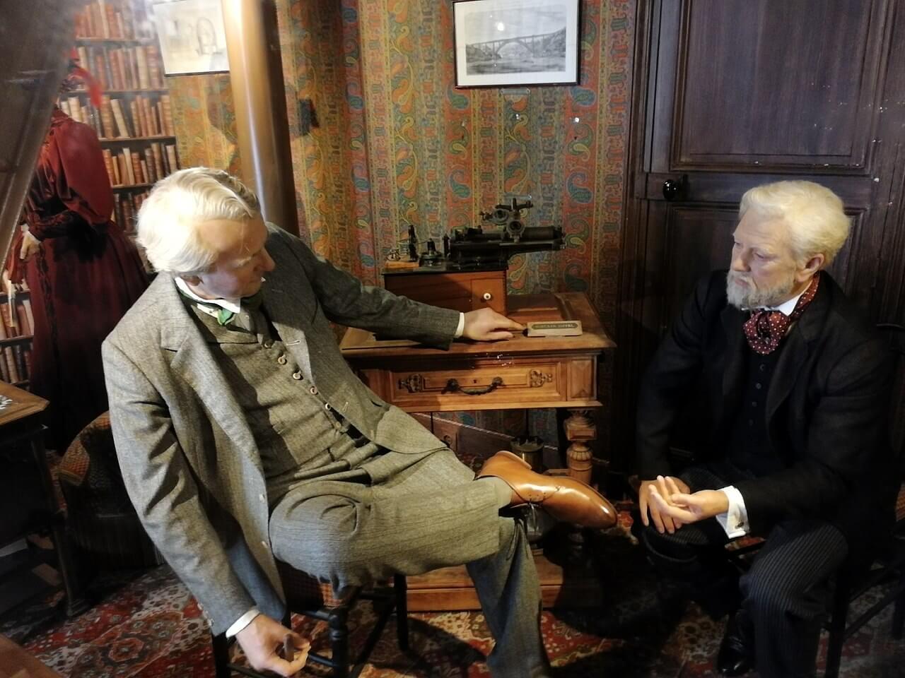 مجسمه واکسی گوستاو ایفل و توماس ادیسون در آپارتمان ایفل که هم اکنون در بالای برج قابل بازدید هست.
