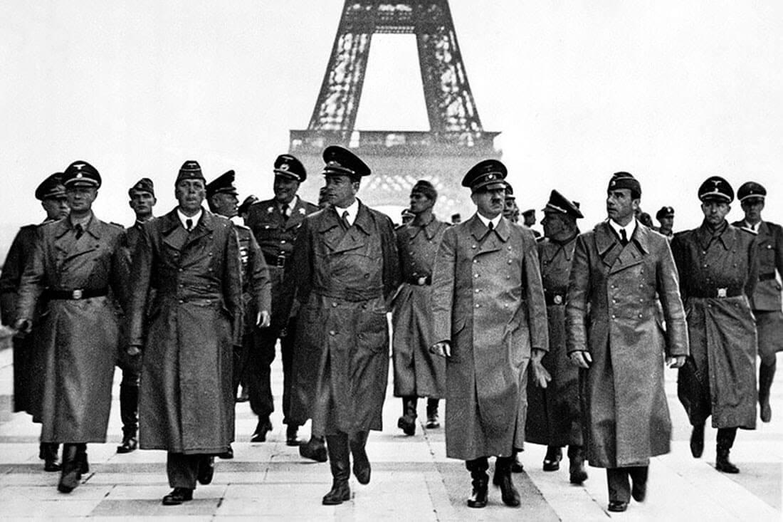 عکس معروفی از زمان اشغال پاریس توسط هیتلر که بر روی تراس کاخ شایلوت در میدان تروکادرو گرفته شده است.