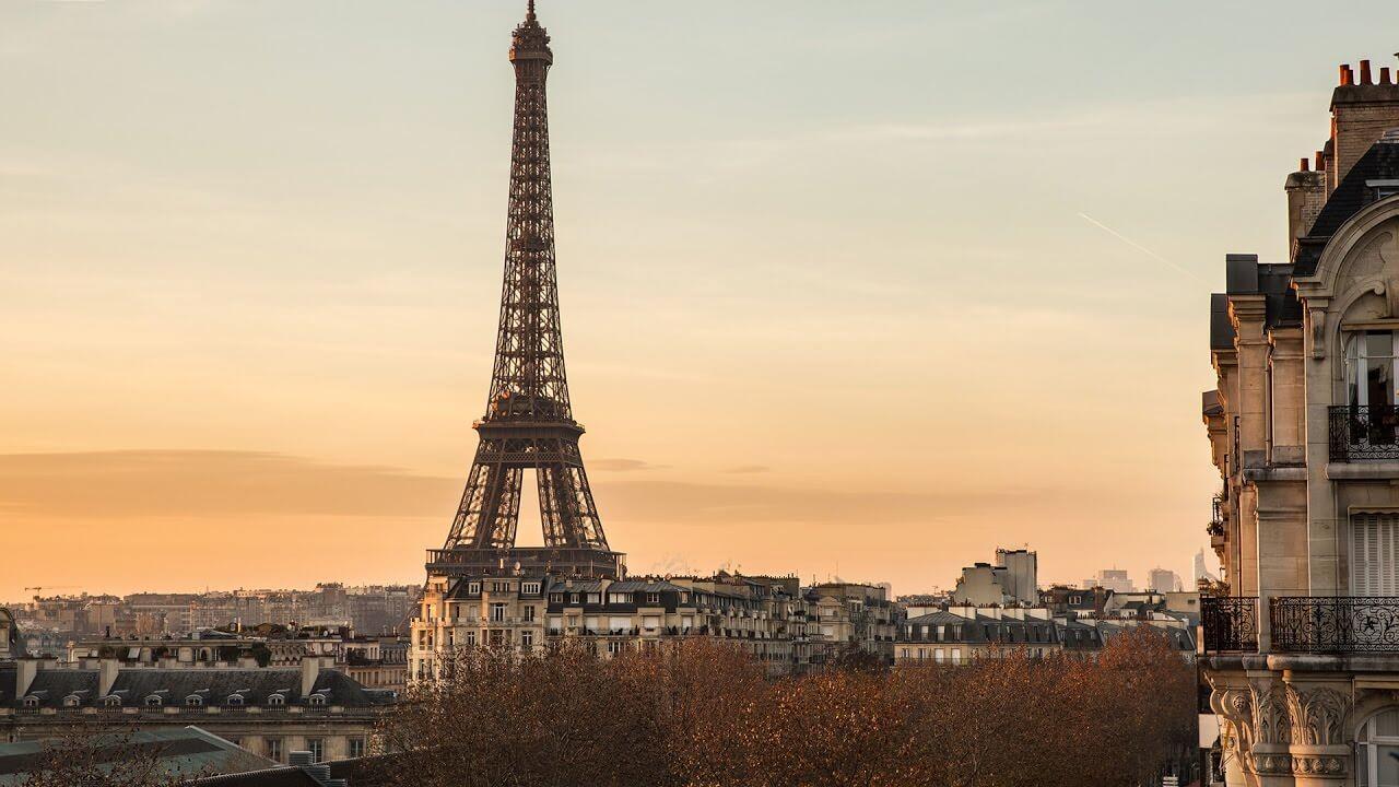 رنگ فعلی برج ایفل کاملا یکدست نیست و شامل طیف رنگی است که در پایین تیره تر و در بالا روشن تر است.