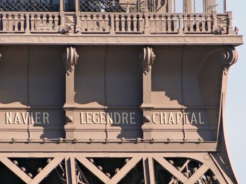 گوستاو ایفل نام 72 دانشمند، مهندس و ریاضی دان فرانسوی را که در ساخت ایفل نقش داشتند بر روی برج هک کرده است.
