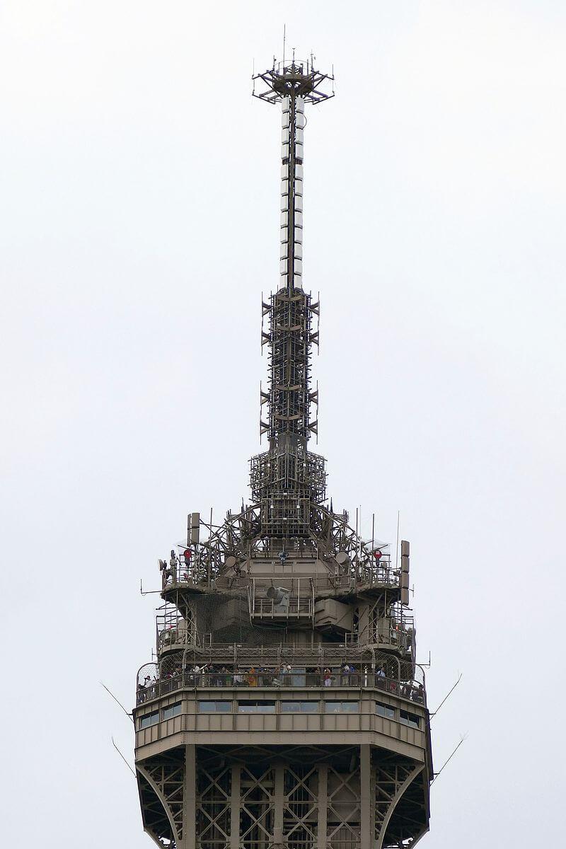 آنتن مخابراتی 12 متری که بر بالای برج ایفل نصب شده است