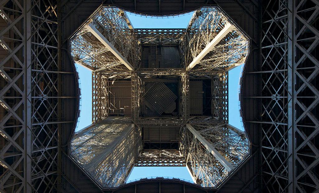 نمایی از زیر برج ایفل
