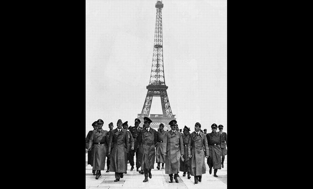 هیتلر در تراس تروکادرو در مقابل برج ایفل