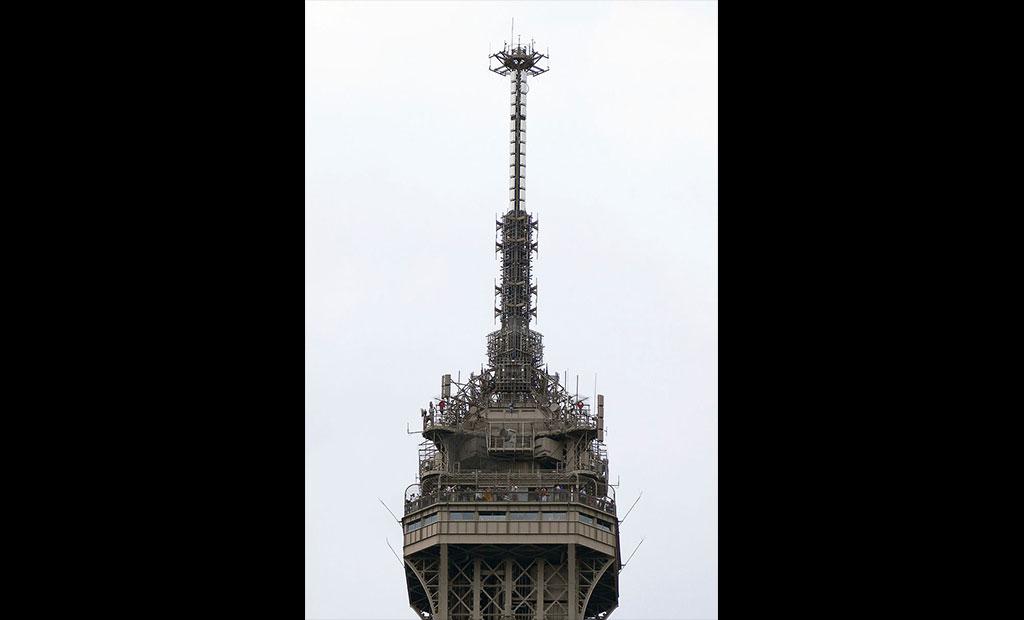 آنتن مخابراتی ۱۲ متری که بر بالای برج ایفل نصب شده است