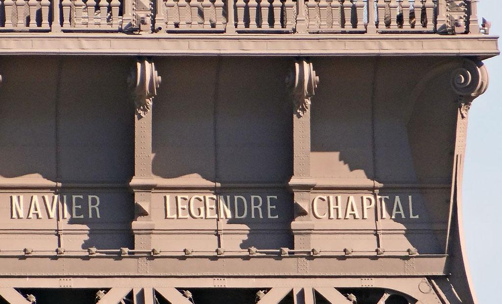 گوستاو ایفل نام ۷۲ دانشمند، مهندس و ریاضی دان فرانسوی را که در ساخت ایفل نقش داشتند بر روی برج هک کرده است