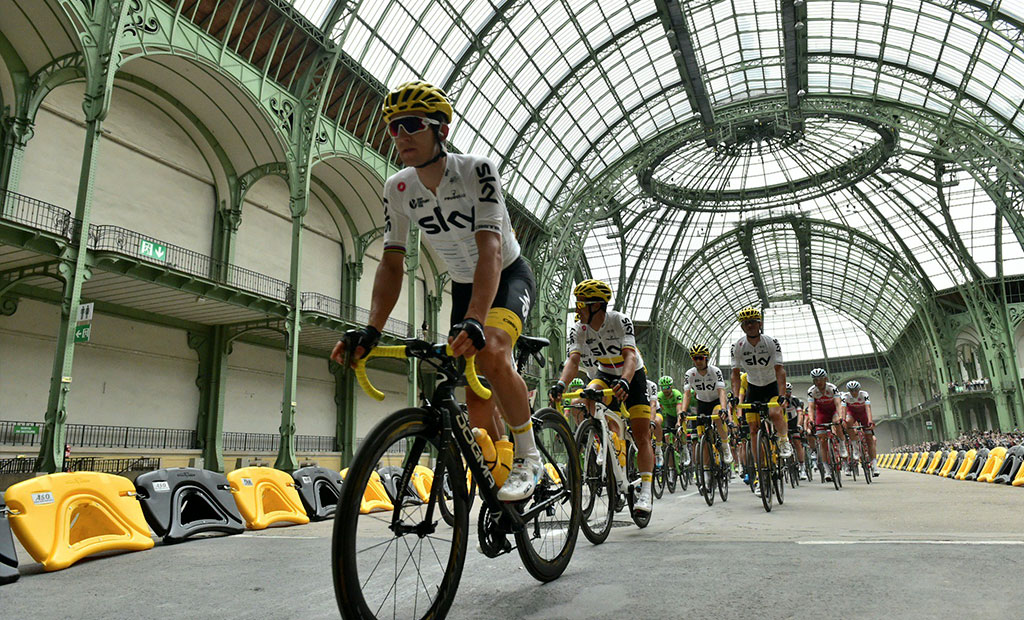عبور دوچرخه سواران مسابقات تور دو فرانس از داخل گراند پله
