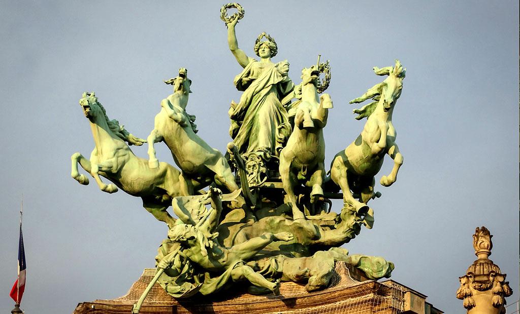 مجسمه ارابه های چهار اسبه گراند پله