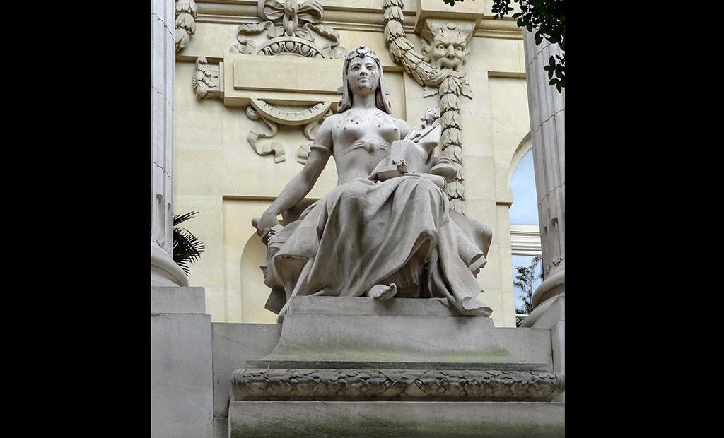 مجسمه های تزئینی در نمای خارجی گراند پله پاریس