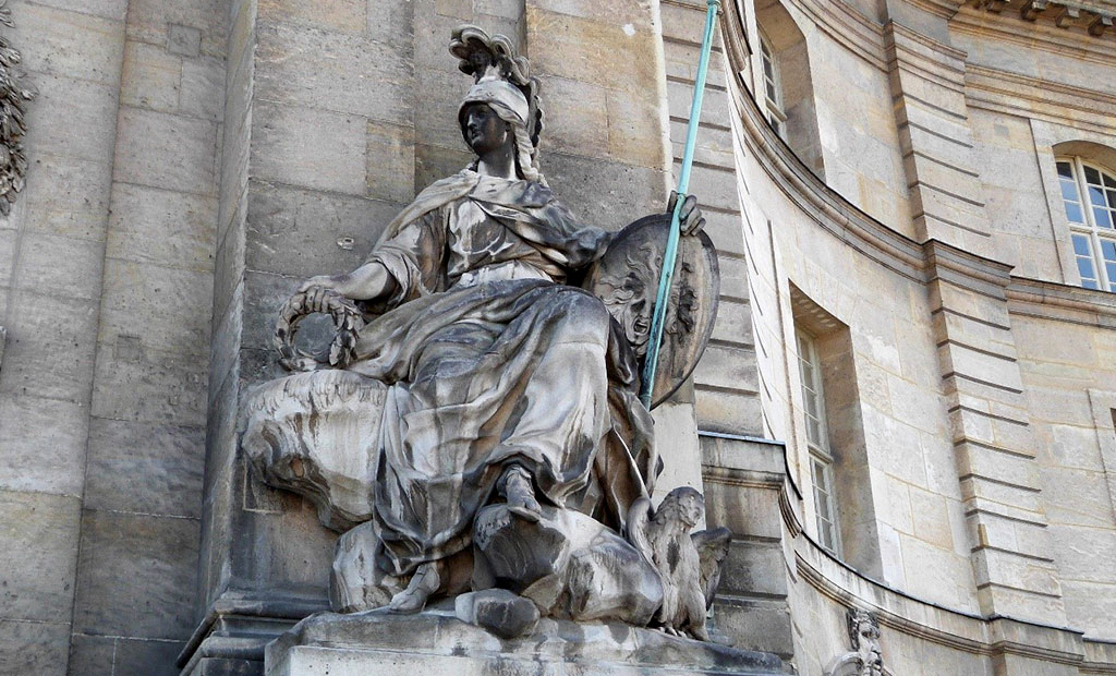 مجسمه مینروا الهه جنگ رومی در ورودی اصلی انولید