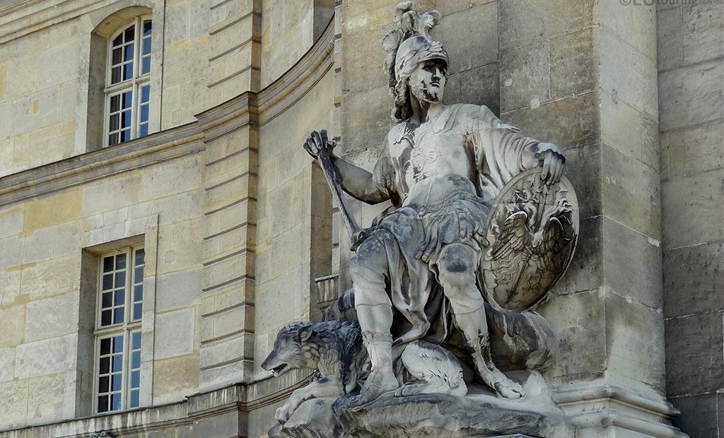 مجسمه مارس خدای جنگ رومی در ورودی اصلی هتل انولید پاریس