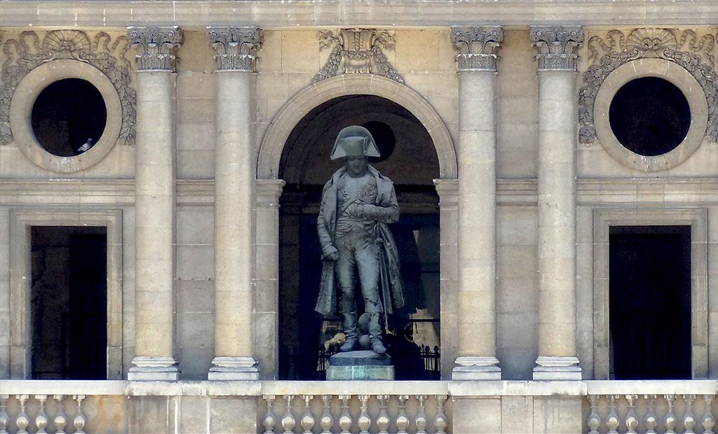 مجسمه برنزی ناپلئون در صحن اصلی هتل انولید
