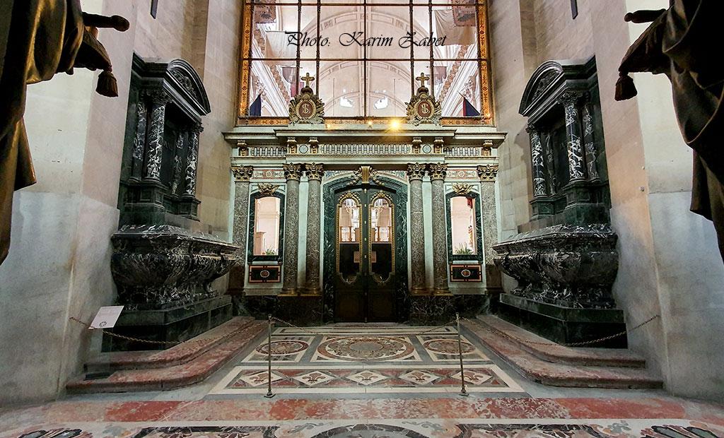 دیوار شیشه ای که کلیسای سن لوئی را از کلیسای گنبد انولید جدا می کند