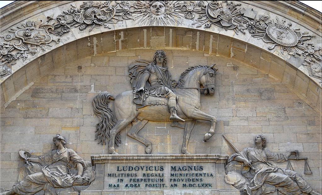 مجسمه لوئی چهاردهم در ورودی اصلی انولید