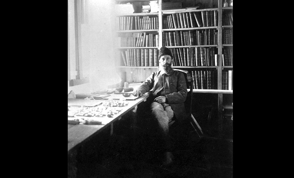 ژاک دومورگان در دفتر کارش در قلعه شوش