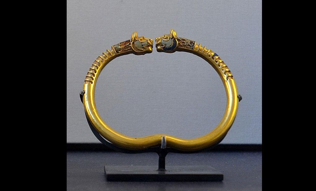 دستبند طلایی هخامنشی در موزه لوور