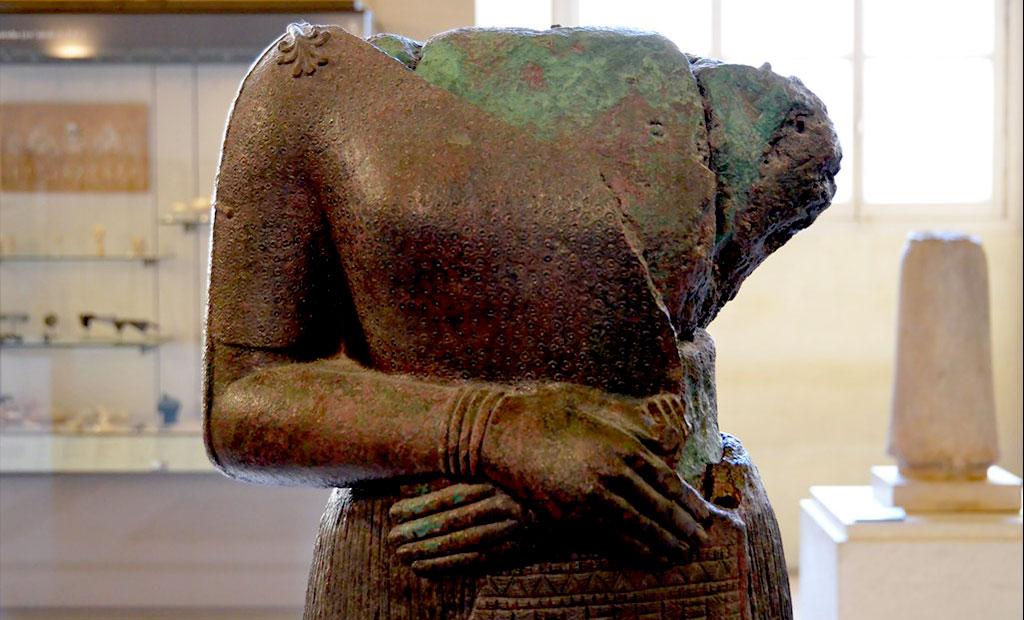 مجسمه ملکه ناپیرآسو در موزه لوور پاریس
