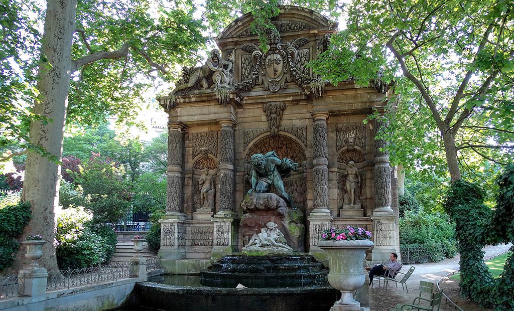 آبنمای مدیچی در باغ لوگزامبورگ پاریس