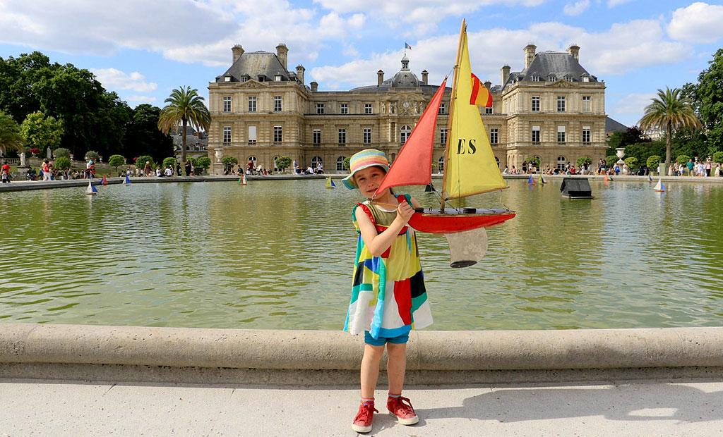 قایق های بادبانی که در باغ لوگزامبورگ کرایه داده می شوند