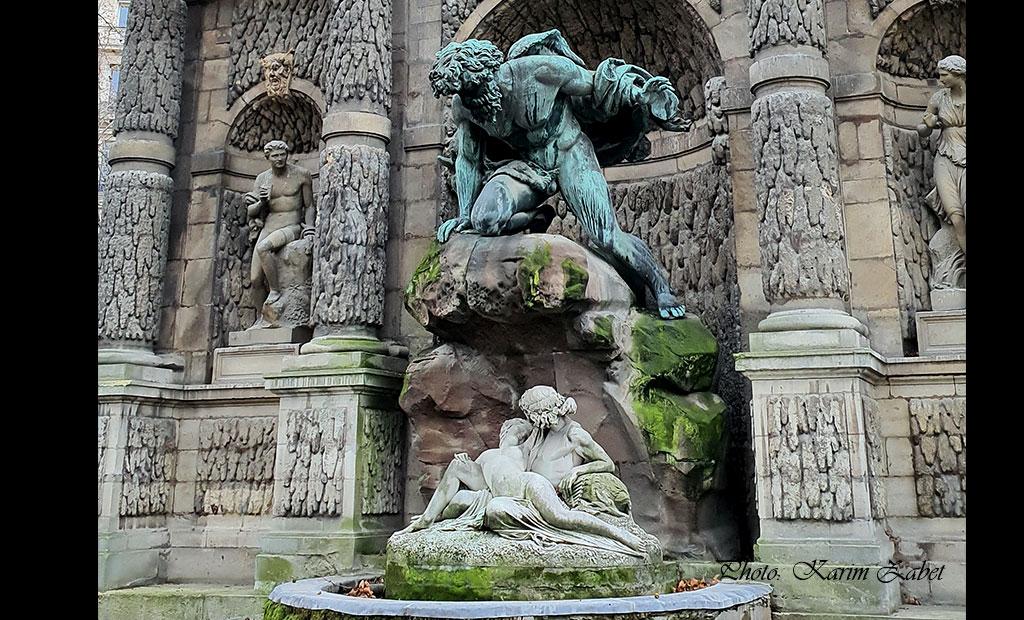 مجسمه پلی فموس در حال تماشا کردن عشق بازی آسیس و گالاتیا